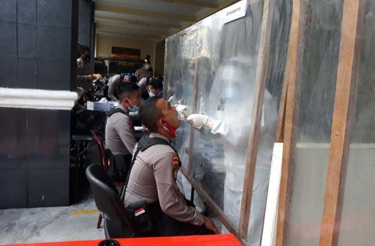 Personel Polisi jalani uji swab sebelum diturunkan untuk pengamanan hari pemungutan suara di sejumlah TPS pada Pilkada serentak 2020 di Sumbar, Selasa (24/11). (Dok : Istimewa)