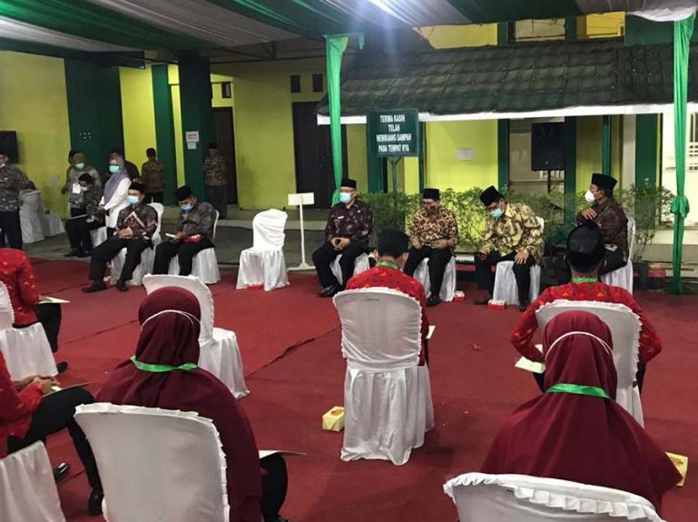 Kemenag Sumbar Hendri Kepala Biro Bina Mental dan Kesra Setprov Sumbar dan lainnya saat temu ramah dengan peserta MTQ Nasional ke-XXVIII, di Asrama Haji Tabing, Padang, Kamis malam (12/11). (Dok : Istimewa)