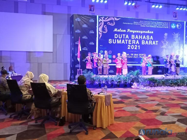 Dewan juri saat memberikan pertanyaan kepada para peserta pemilihan Duta Bahasa Sumbar 2021, Jumat malam (28/5). ( Foto : Arzil)