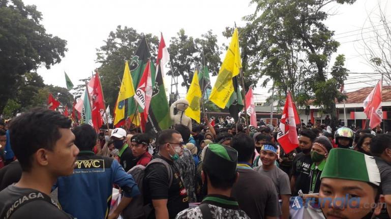 Aksi demo mahasiswa di hari kedua di depan gedung DPRD Sumbar, Kamis (8/10). (Foto : Can)