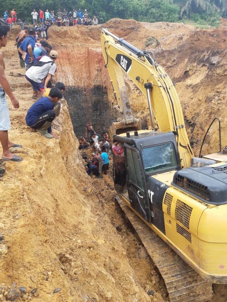 Tim BPBD Kabupaten Muara Enim bersama Babinsa, Bhabinkamtibmas, Tim SAR PTBA lakukan evakuasi korban longsor di Desa Tanjung Lalang, Sumsel, Kamis (22/10). (Dok : Istimewa)