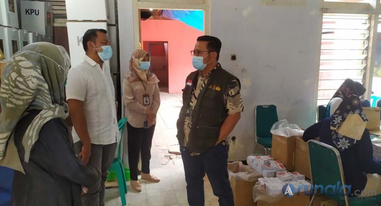 Kepala Kesekretariatan Bawaslu Sumbar, Karnalis Kamaruddin saat memantau logistik Pilkada serentak 2020 di gudang logistic KPU Kota Payakumbuh kemarin. (Foto : Arzil)