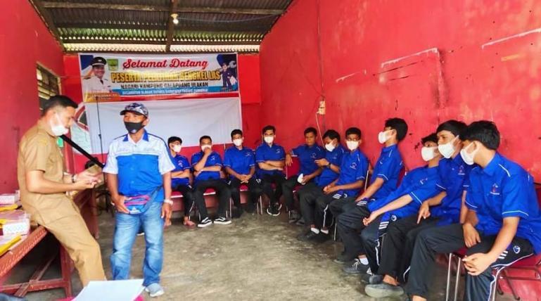 Peserta pelatihan bengkel las di Nagari Kampuang Galapuang Ulakan mendengarkan penjelasan instruktur dalam pelatihan, Senin (5/7). (Dok : Istimewa)