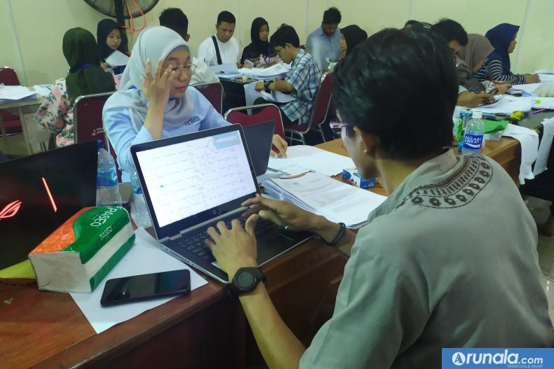 Suasana pemeriksaan berkas dukungan bakal pasangan calon perseorangan yang dilakukan KPU, Jumat (21/2). (amz)