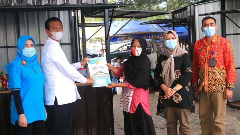 Salah seorang pedagang menerima bantuan kios yang diserahkan Wali Kota Pariaman, Genius Umar, Jumat  (26/9). (Dok : Istimewa)
