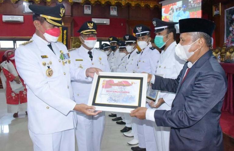 Para lurah dan kepala desa di Kota Pariaman saat menerima penghargaan dari Wali Kota Pariaman, Genius Umar atas prestasi taat pajak PBB, Selasa (17/8). (Dok : Istimewa)