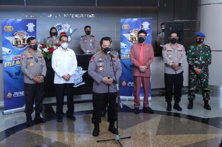 Kapolri Jenderal Listyo Sigit Prabowo saat meresmikan pemberlakuan ETLE nasional tahap 1 secara virtual di gedung NTMC Polri, Selasa (23/3).  (Dok : Istimewa)