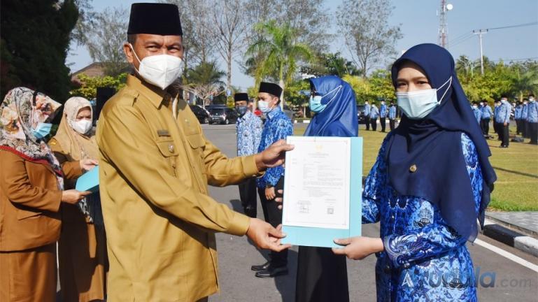 Wali Kota Pariaman, Genius Umar serahkan 264 SK PNS bagi pegawai baru di lingkup Pemko Pariaman, Senin (22/2). (Foto : Arzil)
