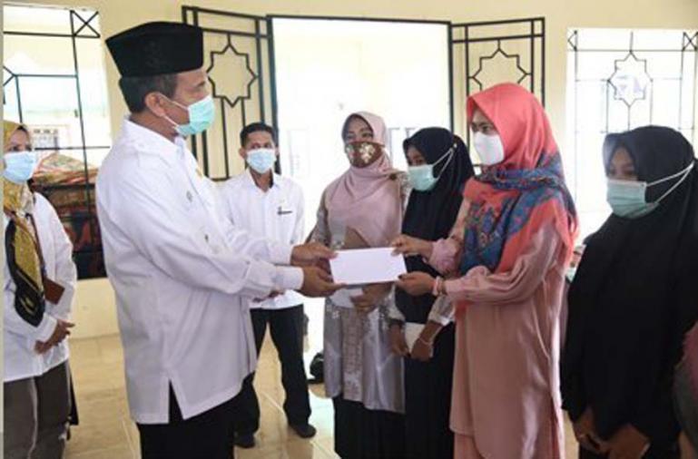 Para guru PAUD honorer saat terima bantuan Baznas yang diserahkan Wali Kota Pariaman, Genius Umar, Rabu (6/1). (Dok : Istimewa)