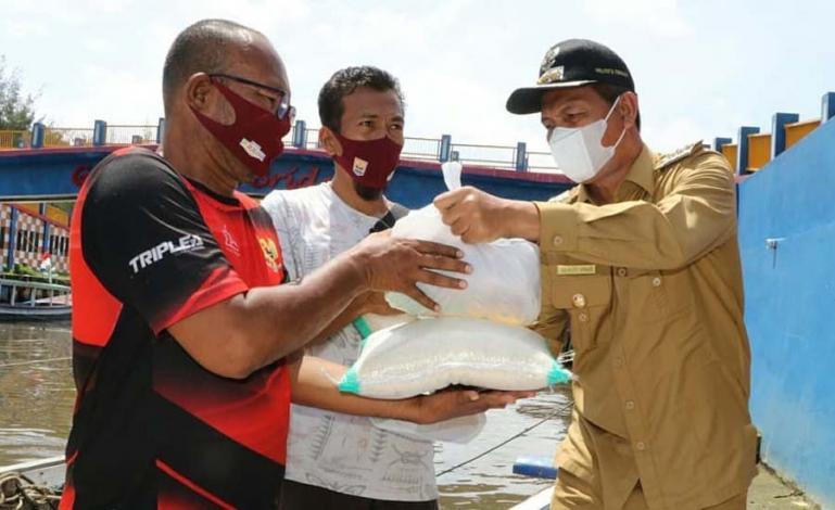Wali Kota Genius Umar saat serahkan bantuan paket sembako bagi pelaku jasa wisata yang terdampak PPKM Kota Pariaman, Selasa (10/8). (Dok : Istimewa)