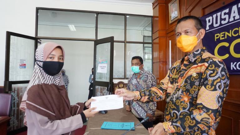 Wako Genius Umar serahkan Beasiswa 'Saga Saja' kepada salah seorang mahasiswa asal Kota Pariaman, Kamis (30/4). (Foto : Istimewa)