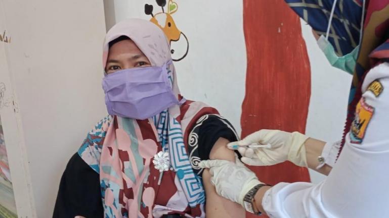 Salah seorang PTK PUAD sedang jalani vaksinasi Covid-19 di salah satu tempat pelayanan kesehatan di Kota Pariaman, Selasa (6/4). (Dok : Istimewa)