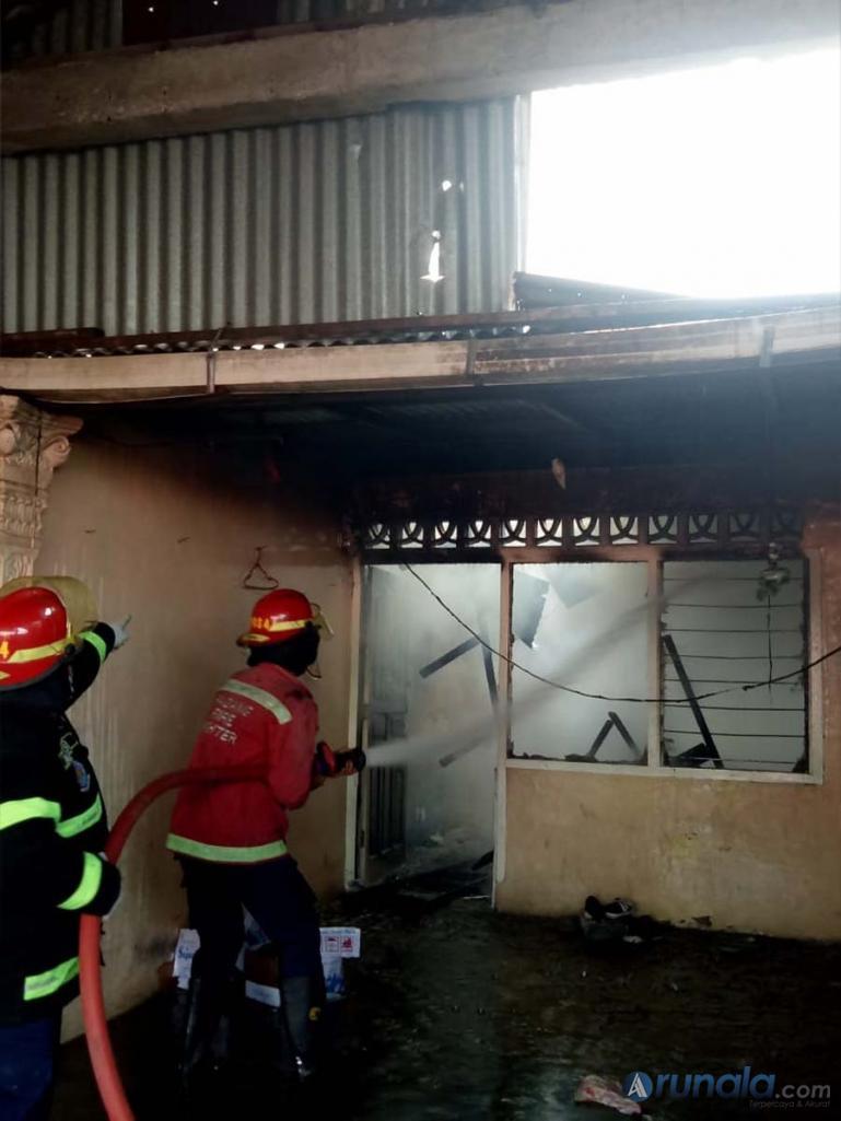 Petugas Damkar Kota Padang sedang berusaha memadamkan api yang membakar rumah warga di kawasan Balai Baru, Senin siang (15/2). (Foto : Can)
