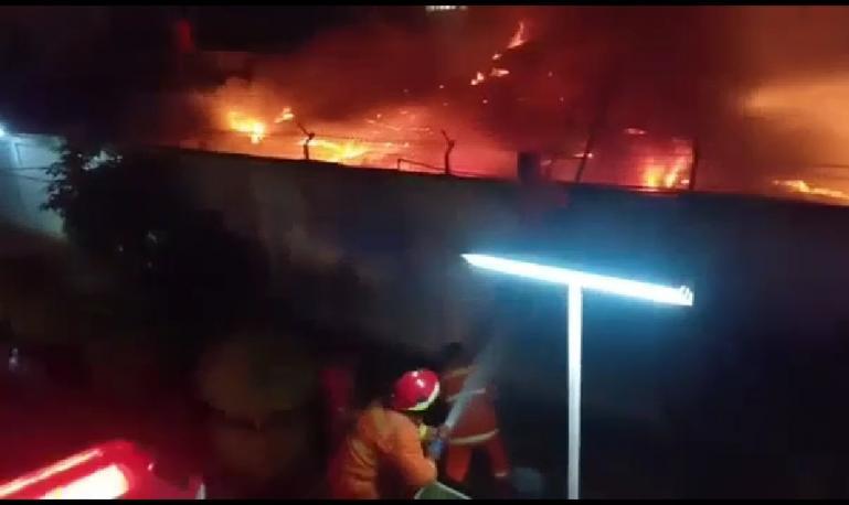 Petugas pemadam kebakaran berusaha memadamkan api pada peristiwa kebakaran di Lapas Kelas I Tangerang pada Rabu dini hari (8/9). (Dok : Istimewa)