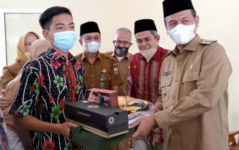 Genius Umar serahkan bantuan bagi anak panti dari dana anggota DPRD Sumbar, Ridwan, Senin (13/9). (Dok : Istimewa)
