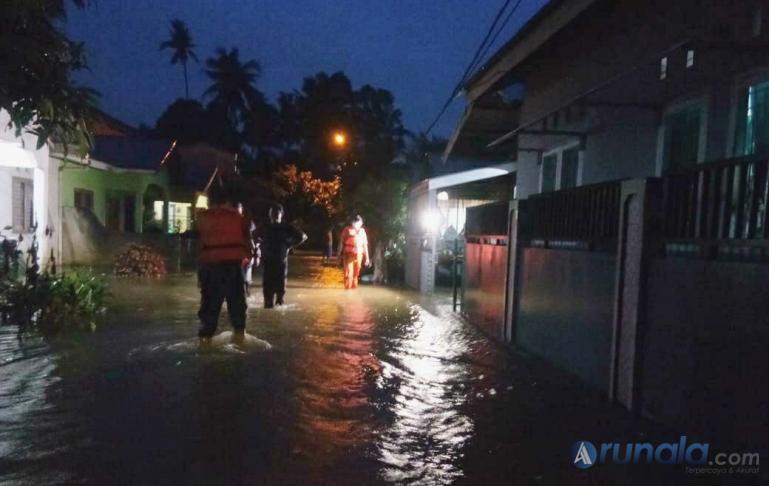 Petugas TRC BPBD Kota Padang menyisir permukiman masyarakat yang tergenang air akibat hujan intensitas sedang terjadi di Kota Padang sepanjang Selasa (24/11) siang hingga malam. (Foto : can)