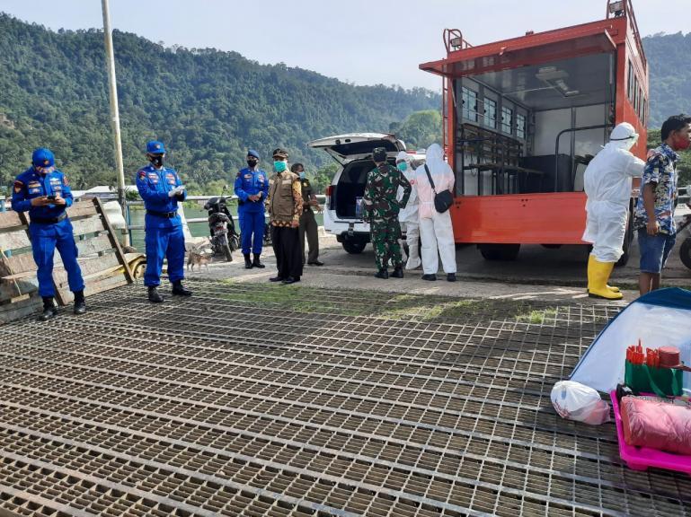 Tim Satgas Covid Matra Laut Sumbar bersiap mengevakuasi 51 penumpang KMP Ambu-Ambu untuk jalani isolasi, Jumat pagi (22/5). (Dok : Satgas Covid Matra Laut Sumbar)