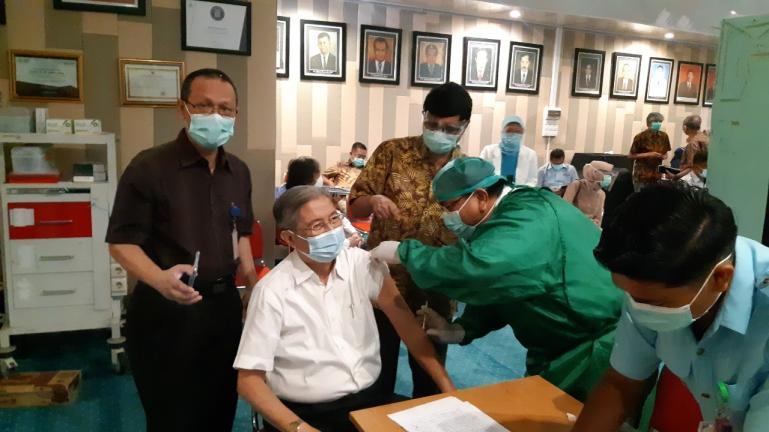 Direktur Utama RSUP M Djamil Padang Yusirwan saat melakukan suntik vaksin pada nakes lansia, Kamis (11/2). (Dok : Istimewa)
