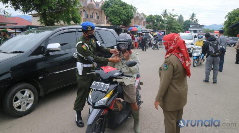Anggota POM TNI di Pessel ikut serta membantu Pemkab Pessel gelar Operasi Yustisi di kawasan Pasar Sago, Painan, Minggu (18/10). (Foto : Rio)