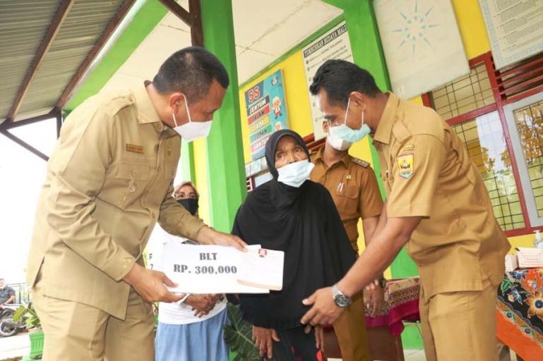 Wali Kota Pariaman, Genius Umar serahkan BLT Dana Desa kepada salah seorang penerima manfaat di Desa Cubadak Air, Kecamatan Pariaman Utara, Senin (24/5). (Dok : Istimewa)