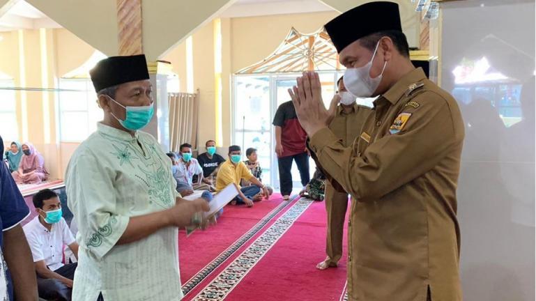 Wali Kota Genius Umar saat bersama masyarakat ketika menyerahkan zakat di Masjid Al-Furqan Desa Sikapak, Selasa pagi (20/4). (Dok : Istimewa)