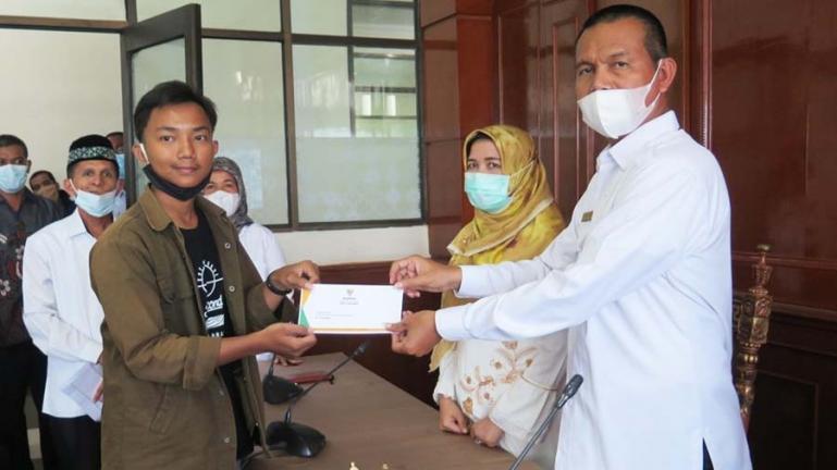 Wali Kota Pariaman, Genius Umar serahkan beasiswa program Saga Saja kepada salah seorang mahasiswa asal kota itu, Rabu (14/4). (Dok : Istimewa)