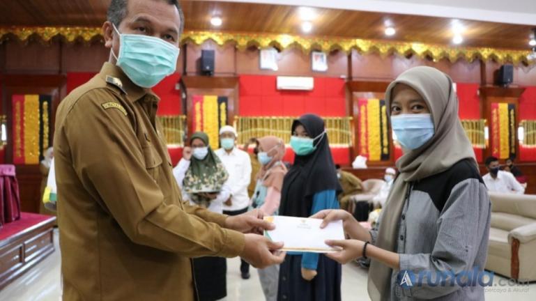 Para mahasiswa terima bantuan pendidikan program SagaSaja dari Wali Kota Pariaman, Genius Umar, Senin (15/3). (Foto : Arzil)