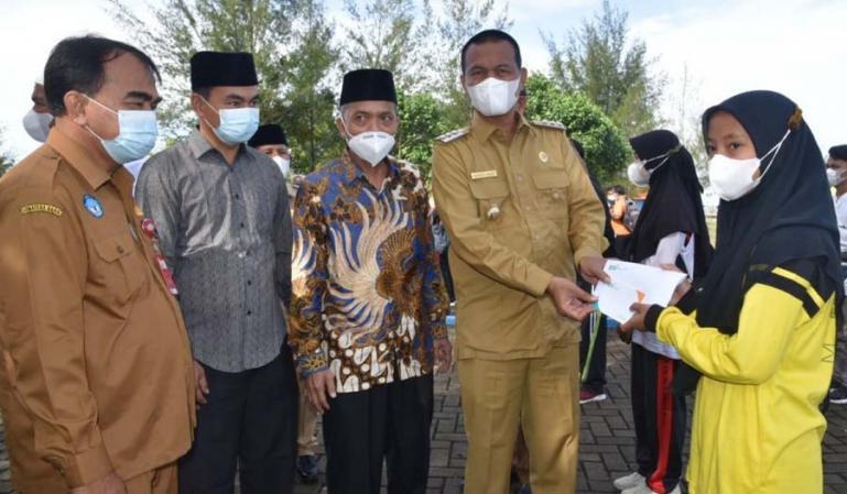 Wali Kota Genius Umar saat menyerahkan beasiswa Sagasaja kepada salah seorang mahasiswa, Senin (2/8). (Dok : Istimewa)