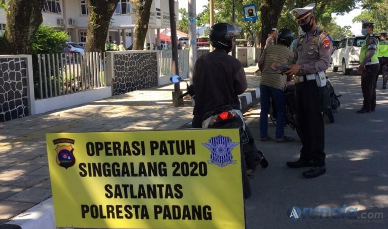 Anggota Lantas dari Polres Kota Padang saat gelar razia Patuh Singgalang 2020 di Jalan Ir Juanda Padang, Selasa (28/7). (Foto : Can)
