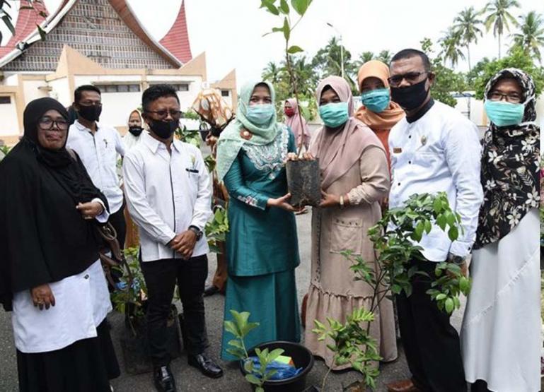 Ketua TP PKK Kota Pariaman, Ny Lucyanel Genius Umar serahkan bantuan bantuan tanaman buah dan bibit sayuran, kepada delapan KWT Kota Pariaman, Rabu (5/8). (Dok : Istimewa)