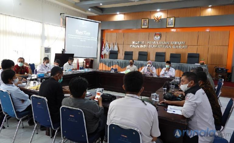 Anggota KPU kabupaten kota saat rakor bersama KPU Sumbar bahas draf PKPU terkait pendaftaran parpol peserta pemilu 2024, di Padang, Kamis (16/9). (Foto : Arzil)