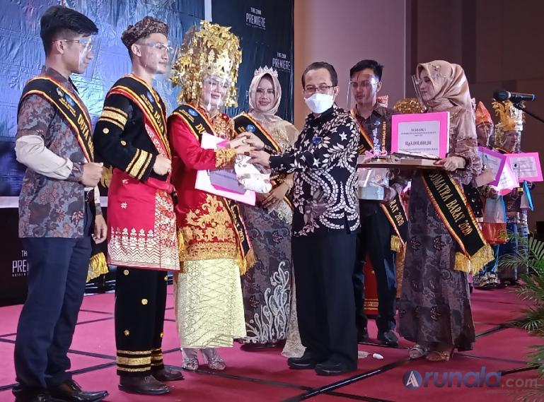 Kepala Pusat Pembinaan Bahasa dan Sastra, Dr Abdul Khak ssat memberikan penghargaan kepada para juara pertama Uda dan Uni Duta Bahasa Sumbar 2021, Jumat malam (28/5). (Foto : Arzil)