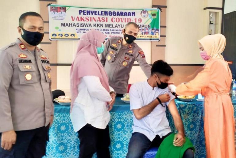 Kegiatan vaksinasi massal Covid-19 yang dilakukan mahasiswa Melayu Serumpun yang KKN di Ulakan Tapakih, Rabu (25/8). (Dok : Istimewa)