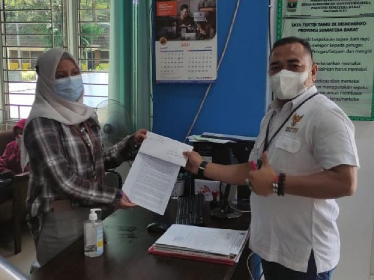 Adrian Tuswandi serahkan permohonan informasi publik ke PPID Utama Pemprov Sumbar, di Diskominfo Sumbar, Jumat (23/4). (Dok : Istimewa)