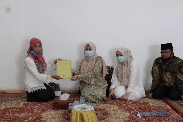 Ketua KPN Syariah Tuah Sepakat Tanah Datar, Masni Yuletri saat serahkan simpanan Almarhum Irdinansyah Tarmizi kepada ahli warisnya, Rabu (23/9). (Foto : MA Datuak)