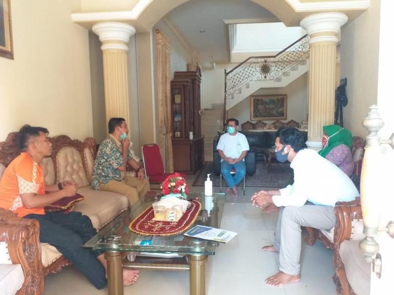 Urusan alumni dan pengurus Sispala Smandoe saat berdialog denganKetua Umum DPP IKASMA 2 Padang Eva Decroli, Senin (8/6). (Dok : Istimewa)