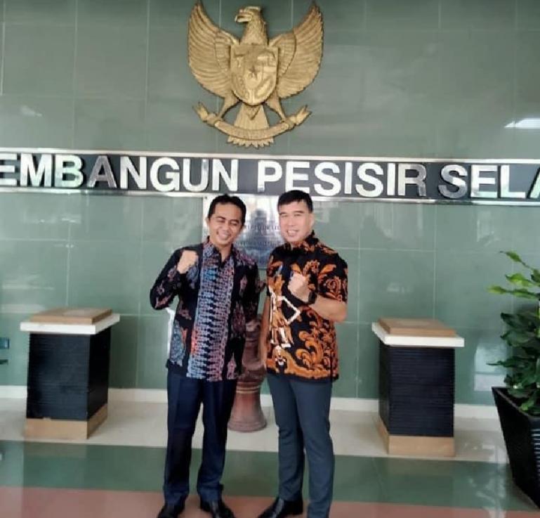 Anggota DPD RI asal Sumbar, Alirman Sori bersama Wakil Bupati Pessel, Rudi Hariyansyah seusai diskusi soal PEN di Pessel, Jumat (23/7). (Dok : Istimewa)