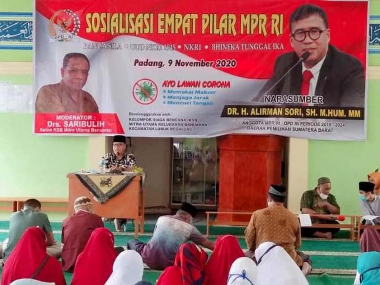 Anggota DPD RI Dapil Sumbar, Alirman Sori saat berikan sosialisasi Empat Pilar MPR RI kepada anggota KSB Mitra Utama Banuaran Nan XX Kecamatan Lubuk Begalung, Jumat sore (13/11). (Dok ; Istimewa)