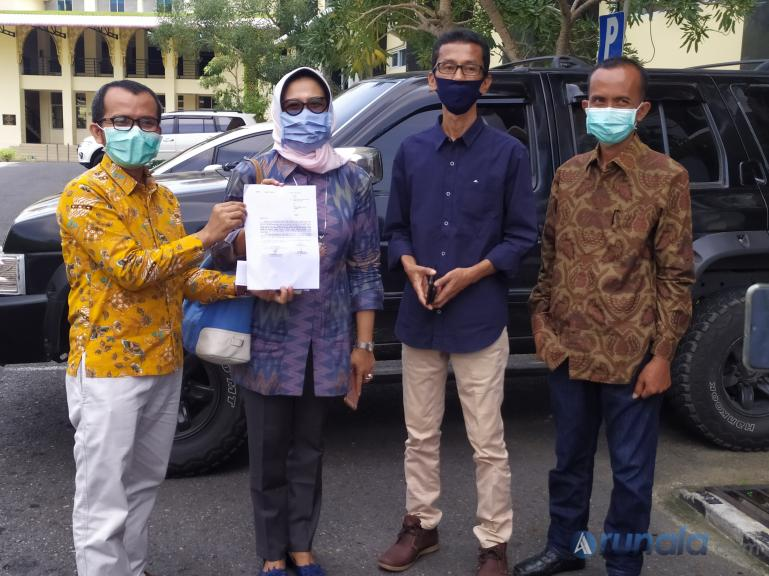 Amnasmen bersama kuasa hukumnya usai buat laporan pengaduan polisi di Mapolda Sumbar, Sabtu (16/5). (Foto : Amz)