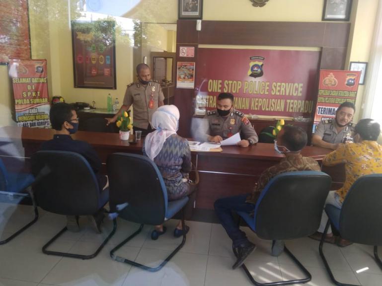 Ketua KPU Sumbar Amnasmen dan tim kuasa Hukumnya saat melapor ke SPKT Mapolda Sumbar, Sabtu siang (16/5). (Dok : Istimewa)