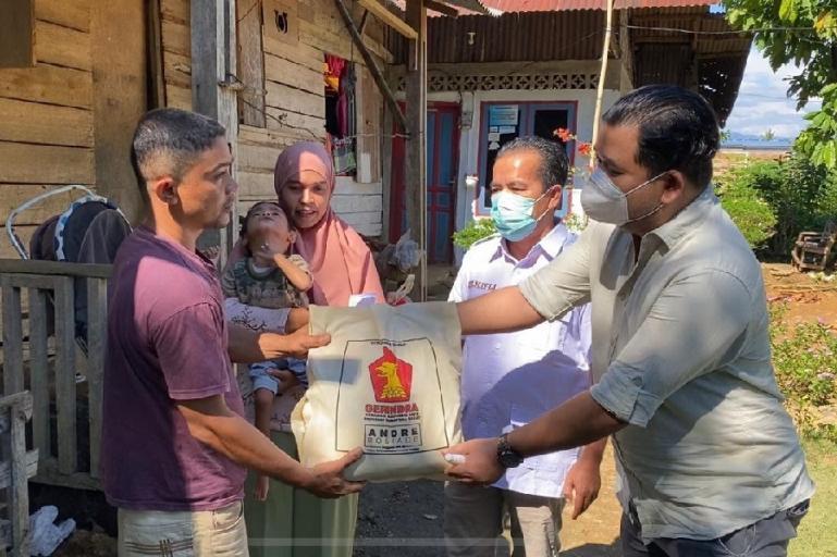 Pengurus DPD Gerindra Sumbar serahkan bantuan sembako dan uang tunai dari Andre Rosiade untuk keluarga Adrian, balita gizi buruk di Kuranji.(Dok : Istimewa)