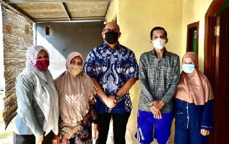 Anggota DPR RI  asal Sumbar, Andre Rosiade serahkan bantuan pada Agus Sofyan yang mengidap pemyakit kaki gajah di Depok, Senin (10/8). (Dok : Istimewa)