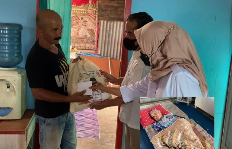 Pengurus Gerindra Sumbar menyerahkan bantuan dari Andre Rosiade kepada keluarga Nursiah di Nanggalo, Padang. (Dok : Istimewa)