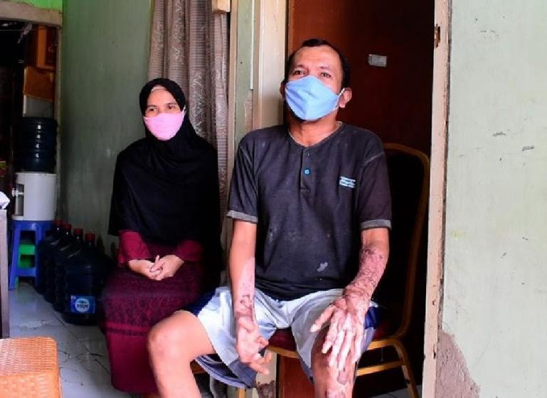Faisal (46), menerima bantuan modal usaha dari Andre Rosiade di Cikarang, Bekasi, Jawa Barat, Senin (16/8). (Dok : Istimewa)