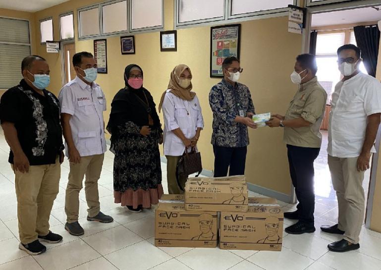 Sekretaris DPD Partai Gerindra Sumbar Evi Yandri menyerahkan bantuan masker dari Andre Rosiade untuk RSUP M Djamil dan RS Unand Padang. (Dok : Istimewa)