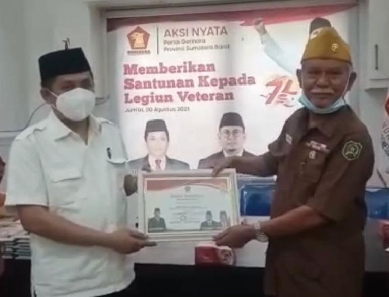 Sekretaris DPD Partai Gerindra Sumbar, Evi Yandri Rajo Budiman saat serahkan bantuan kepada salah seorang veteran, Jumat (20/8). (Dok : Istimewa)