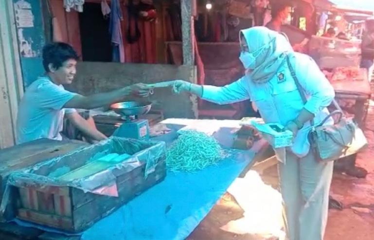 Anggota PD PIRA Sumbar saat bagi-bagi masker kepada sejumlah pedagang di salah satu pasar tradisional di Padang, Senin kemarin (23/8). (Dok : Istimewa)