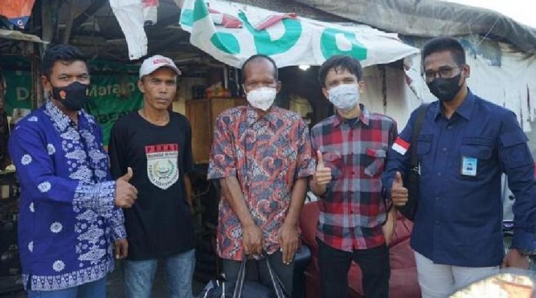Tim Andre Rosiade mengantarkan Ujang (47), yang sempat ditemukan tidur di trotoar Jakarta ke Kota Padang, Sabtu (24/7). (Dok : Istimewa)