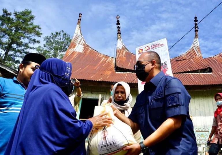 Andre Rosiade saat bagikan sembako untuk warga Nagari Lawan Mandahiling, Kecamatan Salimpaung, Kabupaten Tanahdatar jelang diberlakukannya PPKM di sejumlah daerah di Sumbar. (Dok : Istimewa)