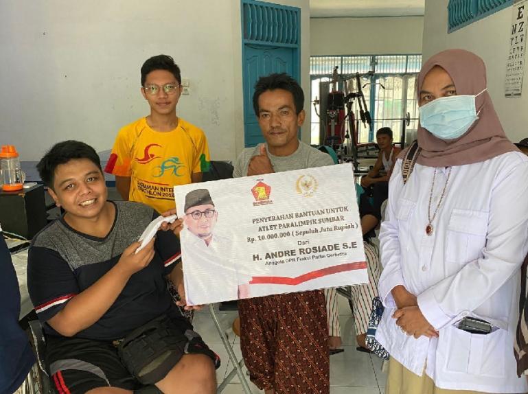 Pengurus Gerindra Sumbar Nurhaida menyerahkan bantuan dari Andre Rosiade untuk atlet Perpanas Sumbar yang akan berangkat ke Papua. (Dok : Istimewa)